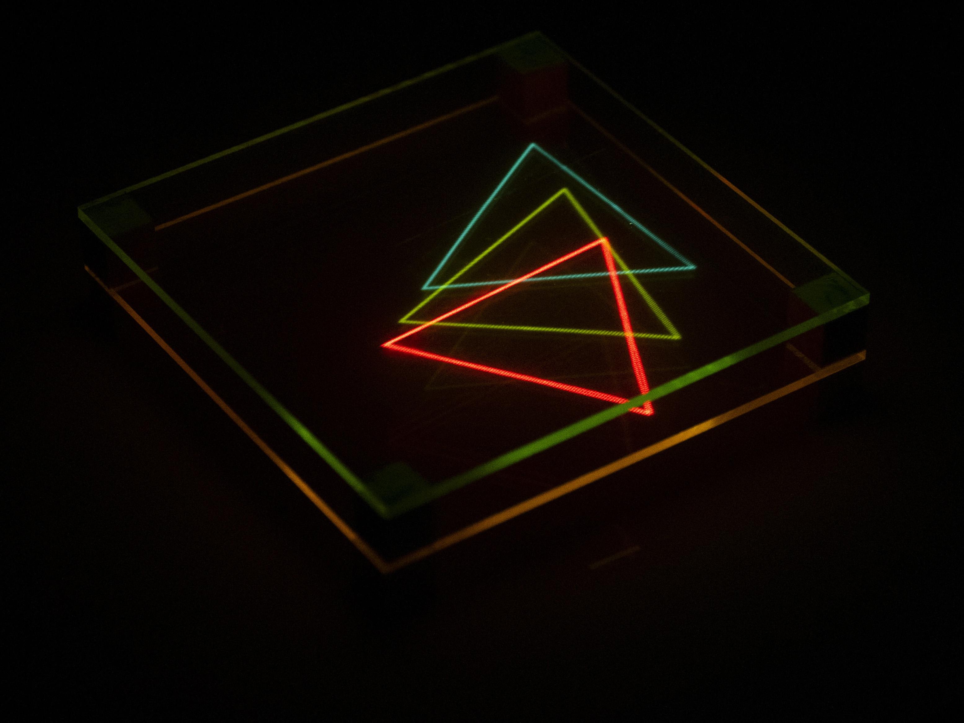 暗闇に浮かぶ蛍光を利用したディスプレー「Layers of Light/光のレイヤー」(提供:石川将也氏)