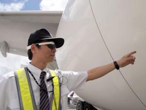 JALと野村総研,航空機整備/貨物搭降載業務にウェアラブルデバイスを導入し,ホノルル空港で実証実験を開始